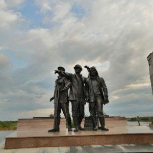 памятник первопроходцам Нефтеюганск